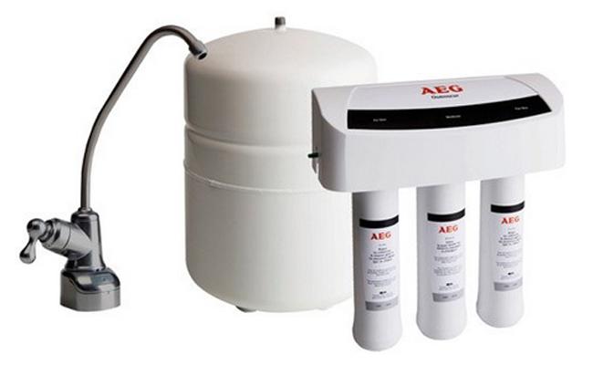 osmoseur AEG directement connecté au robinet d'eau de la cuisine